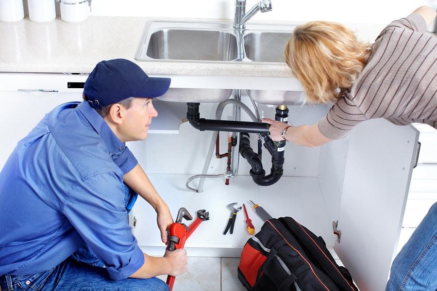 Cómo desatascar el desagüe del fregadero y las tuberías