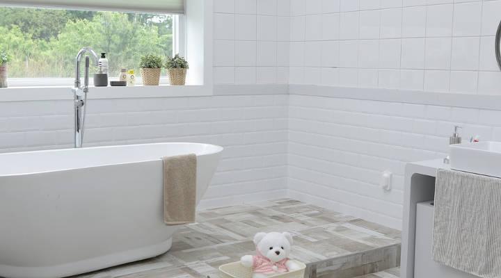 Cómo eliminar la humedad en el techo del baño