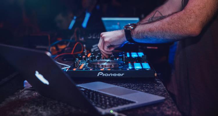 Cuánto cuesta contratar un DJ para fiestas y bodas