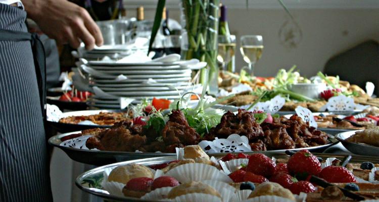 ¿Cuánto cuesta contratar un servicio de catering para comunión?