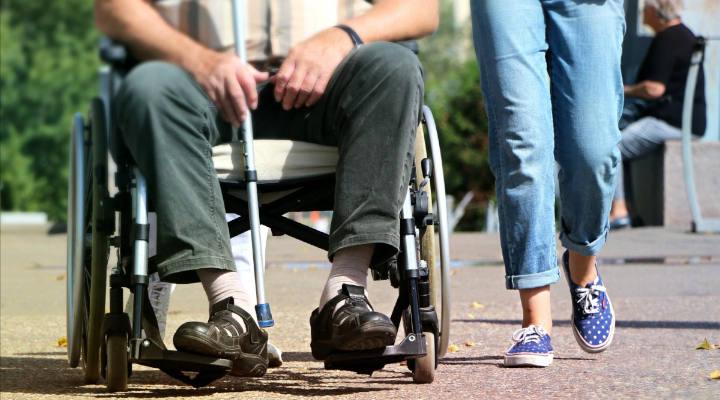 Cómo elegir un buen cuidador para personas mayores