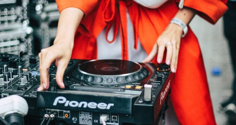 Precio de contratar música en una boda