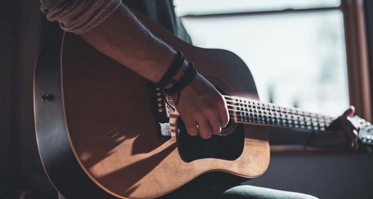 Precio de una clase de guitarra clásica