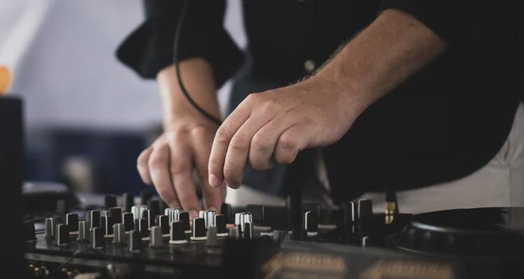 Cómo elegir un buen DJ para bodas: triunfa con la mejor música en tu boda