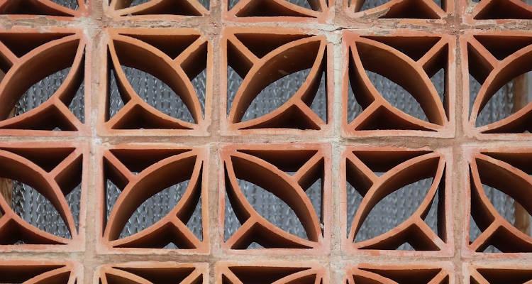 Instalación de celosías de hormigón y cerámica