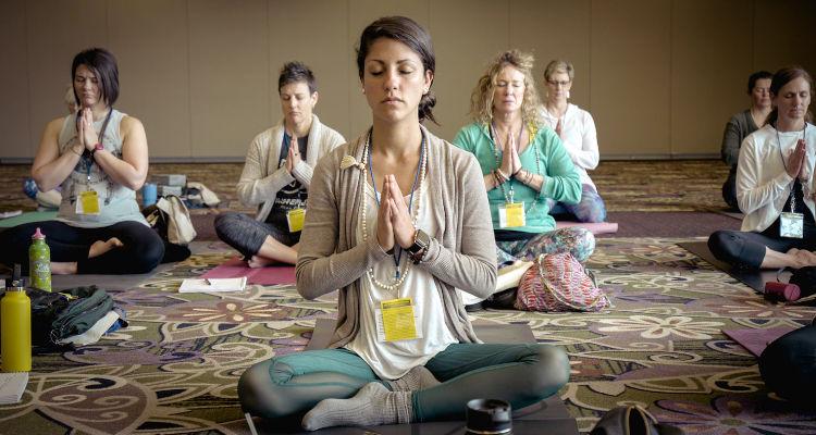 ¿Cuánto cobra un monitor de yoga por hora para una empresa?